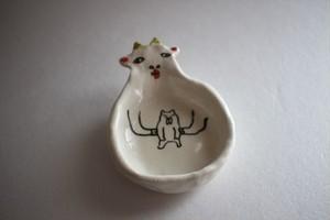 室井雑貨屋(室井夏実)|豆皿 ブルドッグを抱くヤギ