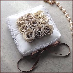 プリザーブドフラワーを飾ったシルクのリングピロー