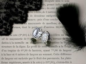 印象的なピアスを耳元に。(輝きスワロフスキー&天然石パイライト)Night star+stone ピアス