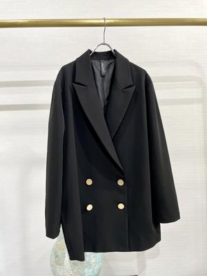 凛々しさと美しさを兼ね備えたテーラードジャケット