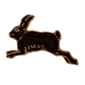 すみれピンズ「黒ウサギ」