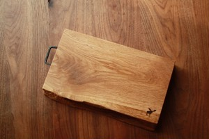 【一点モノ】銘木無垢+手打ちアイアン金具のカッティングボード / ウッドプレート 【オーク002】