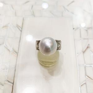 南洋真珠(12mmアップ)と彫り入りシルバー台(巾大)のリング
