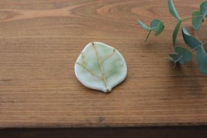 植物好きが身に着けたいブローチ:金彩葉