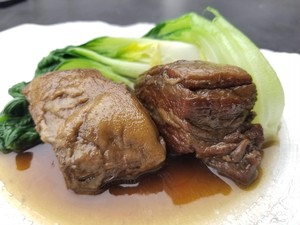 焙じ茶仕立ての豚の角煮