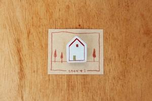 おうちブローチ(赤い屋根、窓1つ、金の扉)