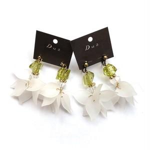 黄緑ビーズ×白花びらチャームの〈ピアス/イヤリング〉