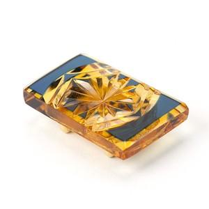 江戸切子 菊模様 伝統工芸 無料包装 結婚祝 還暦祝 誕生日 着物 クリスタルガラス帯留 琥珀色瑠璃被せ