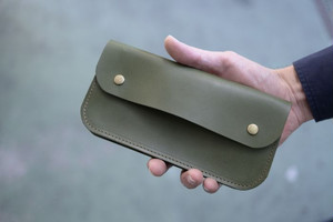 緑の革のシンプルな長財布