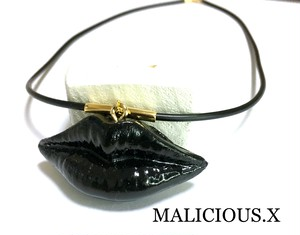 lip necklace / black