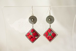 ミャオ族の刺繍と銀細工のピアス