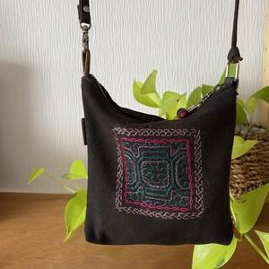 ポシェット 泥染め黒に渋刺繍 ファスナー付き シピボ族の刺繍