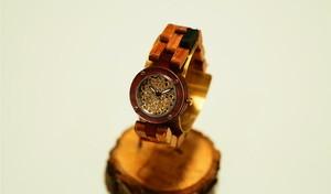 木ベルトがカラフル腕時計