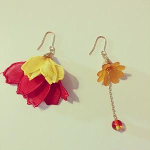 フランスのお花(イエロー×レッド)の耳飾り ピアス・イヤリング