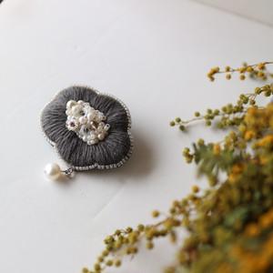 オートクチュール刺繍と淡水パールのブローチ