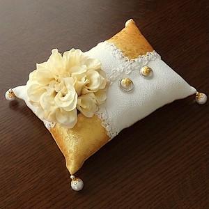 ベージュのダリアを飾った長方形の和風リングピロー