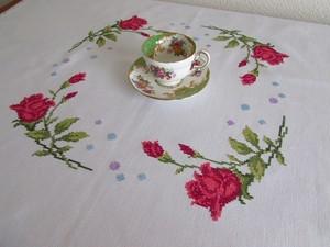 【レッドローズのお茶会】 真っ赤な薔薇のクロスステッチ手刺繍 テーブルクロス /ヴィンテージ・フランス