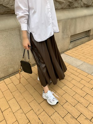 leather like pleats skirt / brown (即納)
