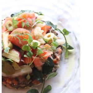 スモークサーモンの野菜マリネとレンズ豆のサラダ