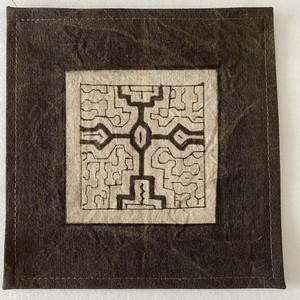 泥染めコースター 縁縫い13cm 6 シピボ族の泥染め 南米ペルー先住民族の工芸