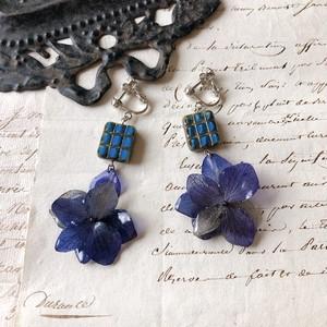 ネイビーの紫陽花とチェコビーズのイヤリング