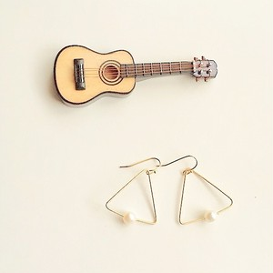 ギター弦のビッグトライアングルピアス (Gold) Guitar strings big triangle pierces with pearls