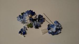 瑠璃色の和花のつまみ細工