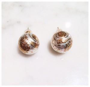 南洋真珠に花模様の金蒔絵のピアス