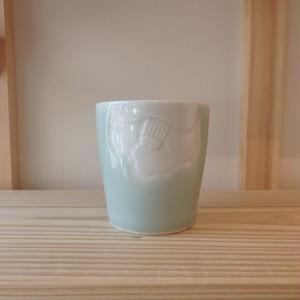伊万里焼 虎仙窯  青磁掛分け椿彫フリーコップ