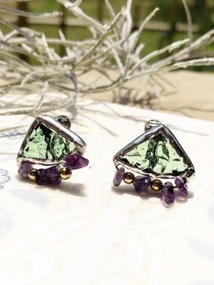 小さめシリーズ♡薄グリーンのアンティークガラスに天然サンゴとビーズのイヤリング