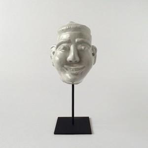 白い磁器の首像