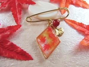 紅葉が色づいた秋の山の和風カブトピンブローチ