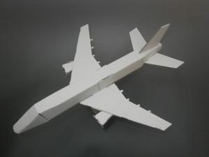 段ボールで出来た飛行機
