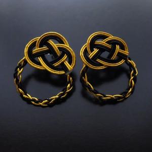 ブラック x ゴールドカラーのフープピアス