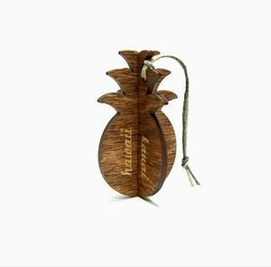 木の温もりを感じる ハワイ でデザインされ手作りされた 木製 オーナメント【パイナップル】