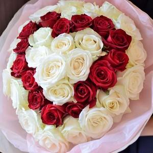 【ハート形のバラの花束】プロポーズに愛のカタチのブーケ、白バラの中に赤バラのハートの形。