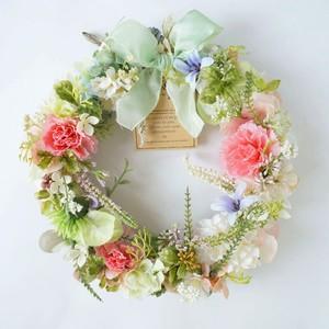 カーネーションと小花の咲く庭