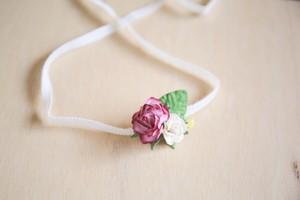 ニューボーンフォトに かわいいヘッドバンド    ほそいけいとのバラ3つ(紫)