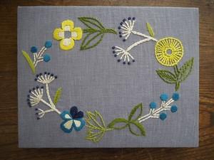 刺しゅうパネルキット「野の花のリース」