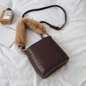 【小物】秋冬ファッション合わせやすいPU革斜め掛け手持ちバッグ