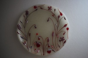 松下高文|見上げる景色 ガラス皿径185 白霧赤花