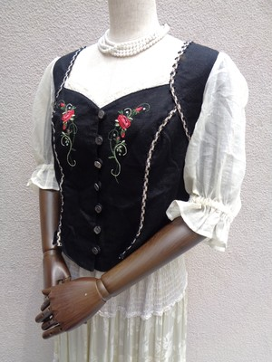 Tyrolean tops with rose embroidery/薔薇の刺繍のチロリアントップス