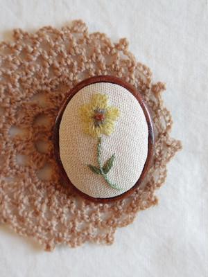 刺しゅうブローチ ボタニカル刺繍 バターカップ b-6