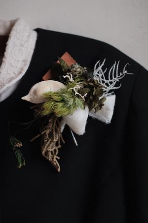 緑と木の実のローズコサージュ~糸と革~