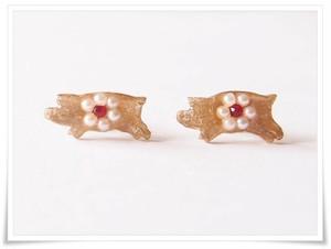 コブタと真珠(パールのお花)スタッドピアス、ゴールドカラー
