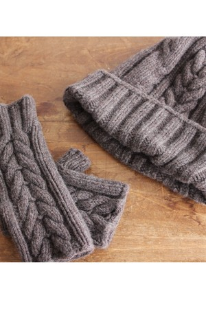 手編み機で編んだ  メリノウール・ケーブル編みニット帽 WOA-008BRN