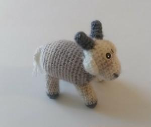 ラトビア 羊の編みぐるみ