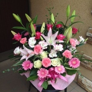 ピンクの花々の豪華なアレンジメント