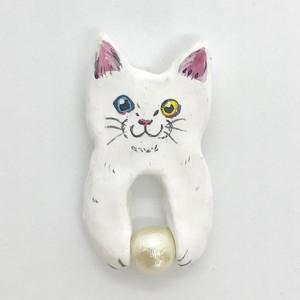 ボールで遊ぶ猫ブローチ(白)