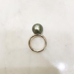 グレーの南洋真珠(13mm)の細いシルバー台リング